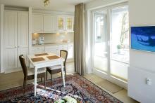 Appartement 10 - Blick vom Wohnzimmer auf die Küchenzeile und den Esstisch